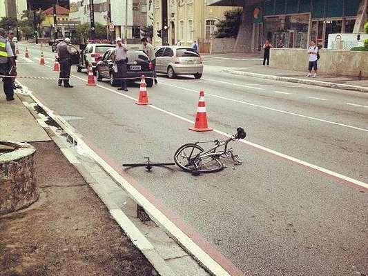 O atropelamento do limpador de vidros David Santos Souza, que teve o braço amputado ao ser atingido por um Honda Fit em alta velocidade na ciclofaixa da avenida Paulista, em São Paulo, no dia 10 de março de 2013, causou revolta e comoção em todo o País. Porém, trata-se apenas de mais um capítulo em uma série de acidentes graves que vitimaram ciclistas no Brasil nos últimos anos. Veja nesta galeria alguns dos acidentes envolvendo ciclistas que marcaram o Brasil