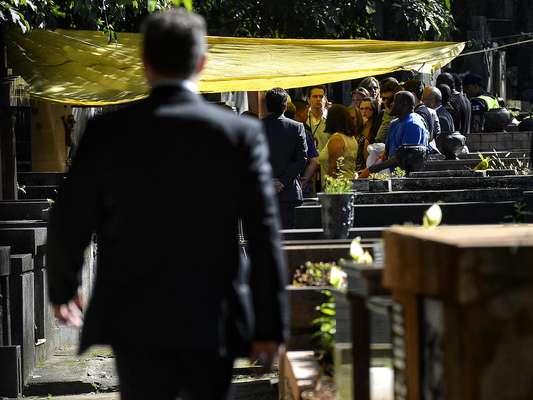 O corpo do empresário Marcos Matsunaga é removido para ser exumado, em São Paulo