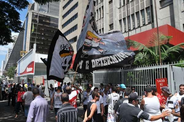 Cerca de 80 torcedores do Corinthians realizam um protesto na altura do número 1439 da avenida Paulista, em frente ao Consulado Geral da Bolívia, nesta terça-feira