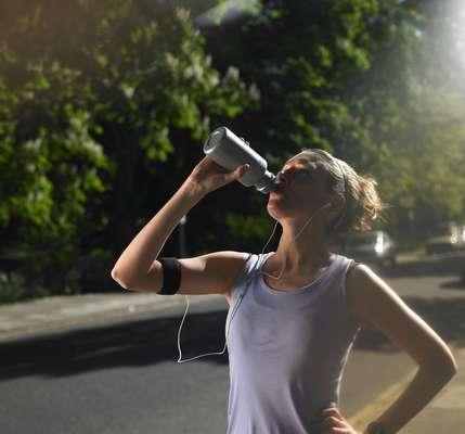 No son pocos los practicantes de deportes que cambian el agua por bebidas energizantes e isotónicas después de ejercitarse.