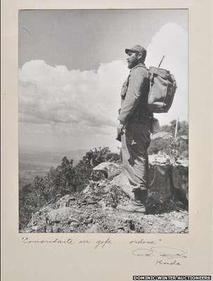 Una extraña colección de fotos antiguas del Che Guevara y Fidel Castro fue vendida por unos US$49.200 en una subasta en Gloucestershire, Inglaterra. La colección incluye la famosa foto de Castro en las montañas, tomada en 1962.
