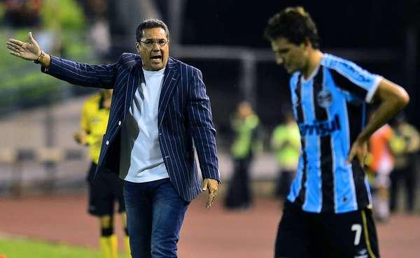 Luxemburgo reclama com a equipe enquanto Elano escuta; equipe do Grêmio levou a virada na Venezuela, foi derrotada pelo Caracas e vê o Fluminense liderar a chave sozinho