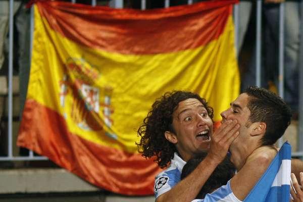 Isco é felicitado por Iturra após abrir o placar da vitória do Málaga sobre o Porto pela Liga dos Campeões; equipe espanhola avançou às quartas de final pela primeira vez em sua história