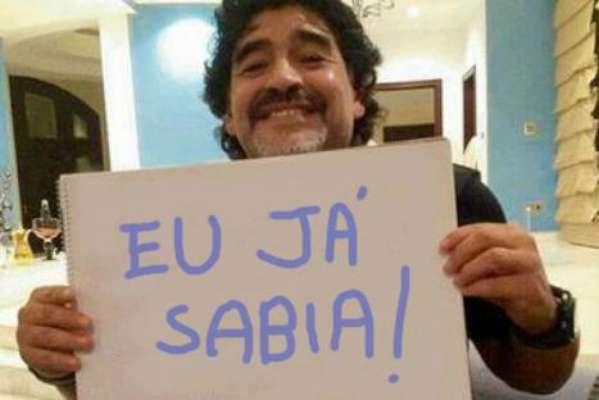 Imagem de Maradona segurando cartaz de 'Eu já Sabia' se espalhou pelas redes sociais após o anúncio do Papa argentino