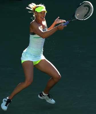 A WTA (Associação de Tênis Feminino) vive um dilema com oalto volume dossons feitos por jogadoras como a russa Maria Sharapova (foto), cujos gritos ao golpear a bola durante as partidas passam pela casa dos 100 decibéis. Presidente da WTA,Stacey Allasterdisse querer silenciar o jogo, analisando que os altos gritos são prejudiciais para a obtenção de patrocinadores. Ela estudaa introdução de um medidor de gemido que poderia servir para punir as jogadoras durante as partidas. Navegue pelas próximas páginas e confira as tenistas - aposentadas ou ainda em atividade - que mais gritam em quadra: