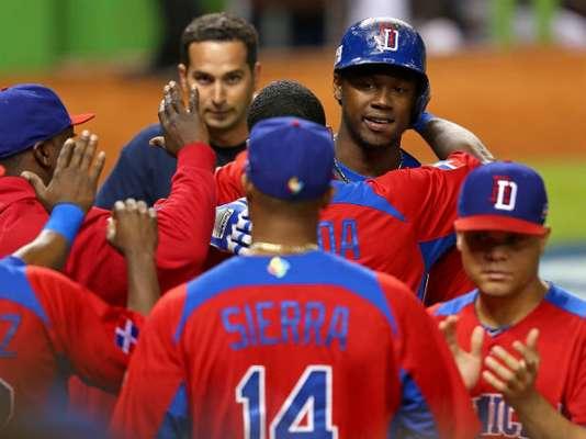 El emergente Erick Aybar remolcó la carrera decisiva en la novena entrada y República Dominicana derrotó el jueves por 3-1 a Estados Unidos para avanzar a las semifinales del Clásico Mundial de Béisbol.