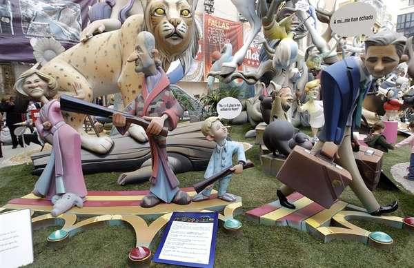Valencia ha amanecido con sus casi ochocientas fallas ya plantadas tras una noche de insomnio en la que falleros y artistas se han afanado en ultimar a contrarreloj el montaje de los monumentos más grandes.
