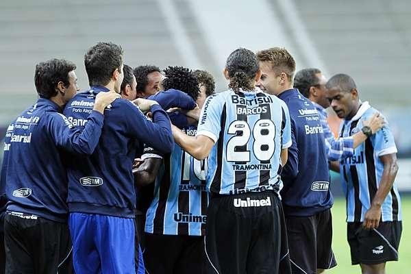 Banco de reservas do Grêmio faz a festa com Zé Roberto, autor dos gols da vitória sobre o Lajeadense