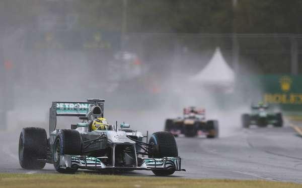 Em treino classificatório interrompido e adiado devido à forte tempestade que caiu sobre o circuito de Albert Park, o alemão Nico Rosberg foi o mais rápido do Q1 pela Mercedes, com 1min43s380