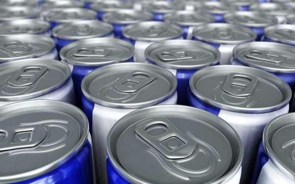 """Energéticos: ricos em cafeína e açúcar, as bebidas energéticas e refrigerantes agravam o estresse. """"A combinação dos dois é desgastante para o corpo"""", explica Dawn Jackson Blatner, autor de The Flexitarian Diet. Além disso, uma lata de bebida energética pode conter a mesma quantidade de cafeína que três xícaras de café, o que leva à insônia"""