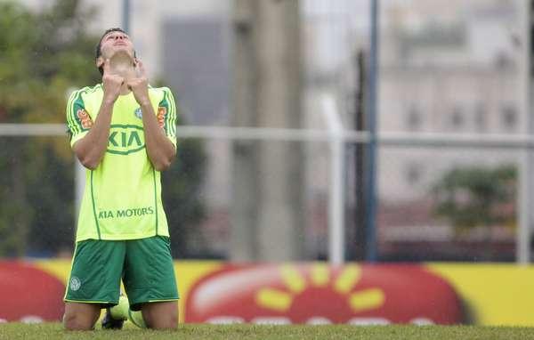 Kleber, que ainda não marcou gols pelo Palmeiras, lamenta chance desperdiçada no empate contra o São Caetano fora de casa