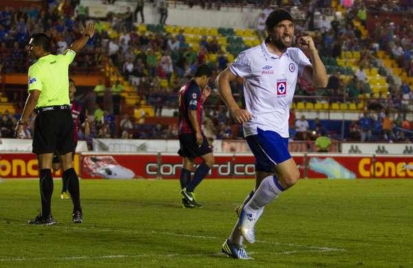 El héroe: No importa la manera, lo rescatable fue el doblete con el que Mariano Pavone encaminó a Cruz Azul a una goleada 3-0 sobre Atlante, para romper la mala racha celeste.
