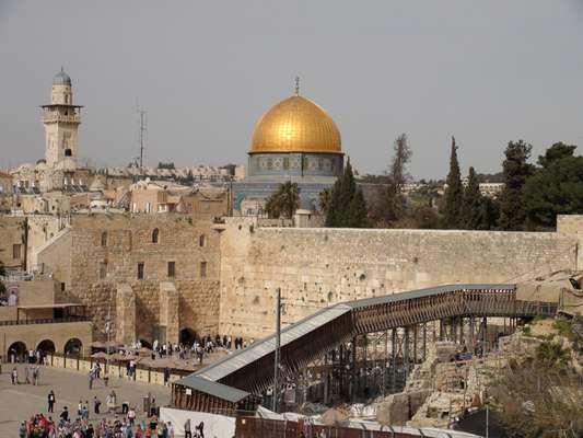 La ciudad de Jerusalén en la que se ve, al fondo, la famosa Cúpula de la Roca, monumento islámico ubicado en el centro del Monte del Templo, y en primer término el Muro de las Lamentaciones, uno de los lugares de culto de la religión hebrea