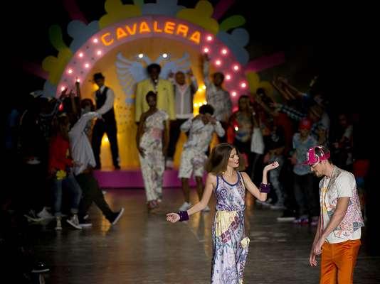 Modelos dançam ao entrar na passarela da Cavalera, que homenageou a década de 70 no SPFW