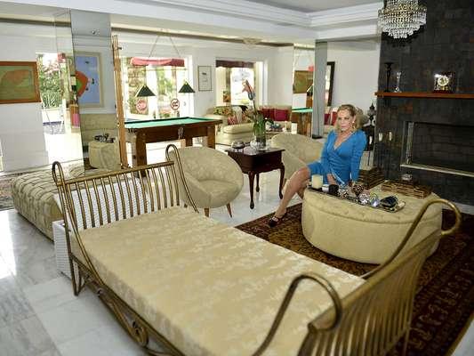 """Regina Mansur abriu as portas de sua mansão no bairro do Morumbi, em São Paulo, para a reportagem do Terra. """"Desculpem o atraso, é que fui ao médico. Juro que fico pronta em 15 minutos. Já serviram café para vocês?"""", disse ela, assim que colocou os pés em sua casa e avistou nossa equipe"""