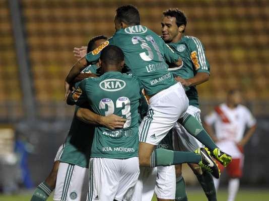 O Palmeiras fez a festa no Estádio do Pacaembu, nesta quarta-feira. Com dois gols do atacante Leandro, o time venceu o Botafogo-SP por 2 a 0 e subiu na tabela do Campeonato Paulista