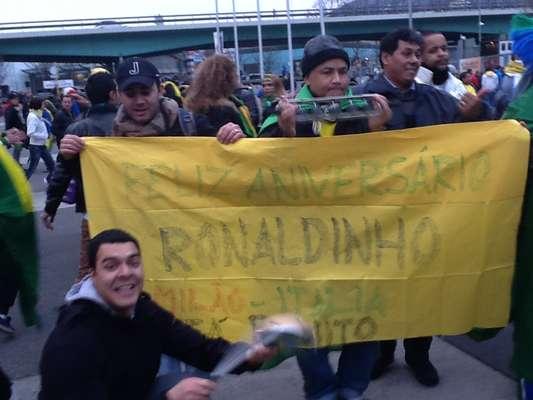 Ronaldinho não está com a Seleção para o jogo contra a Itália, mas foi lembrado pela torcida brasileiro que vai acompanhar o jogo no Estádio de Genebra, às 16h30 (de Brasília). O jogador completa 33 anos nesta quinta