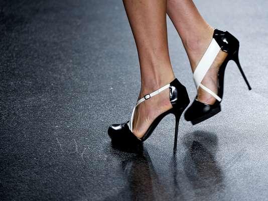 Alexandre Herchcovitch levou à passarela uma coleção minimalista inspirada na década de 1920 - nos pés, os sapatos eram em preto e branco e com um ar retrô. Tiras cobriam o peito do pé, e o saltão era compensado por uma meia-pata