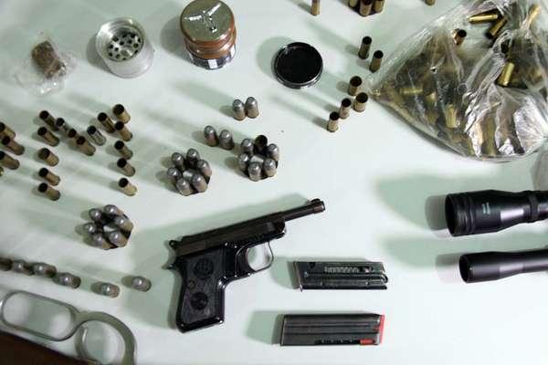 O sertanejo Hudson, da dupla com Edson, foi preso duas vezes em menos de 24h acusado de porte ilegal de armas.A polícia pediu um mandado de busca e apreensão na casa dele. Lá, as autoridades encontraram mais armamento e munições de uso restrito das Forças Armadas, além de substância que poderia ser maconha