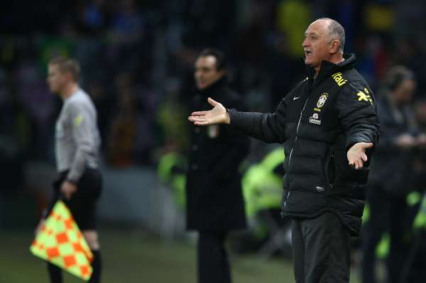 Felipão reclama durante empate entre Brasil e Itália por 2 a 2