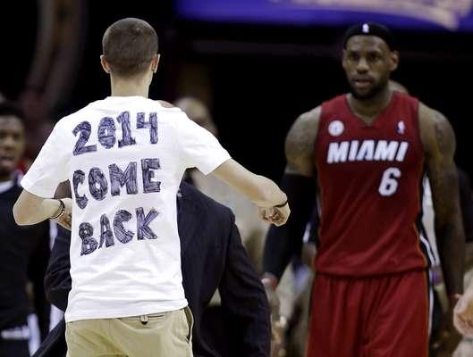 Um torcedor do Cleveland Cavaliers invadiu a quadra durante a derrota por 98 a 95 para o Miami Heat para pedir a volta do astro LeBron James, que jogou pela equipe entre 2003 e 2010