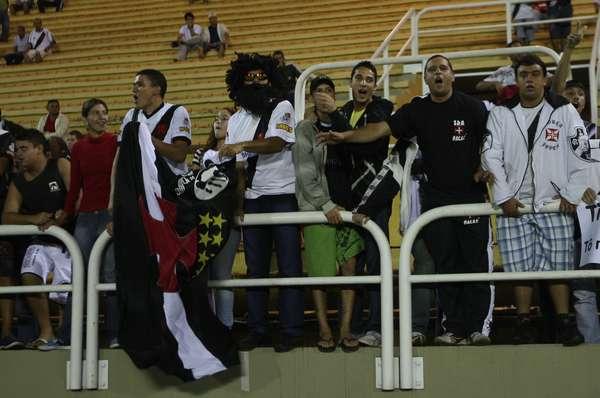Sob protestos desde o primeiro tempo, o Vasco sofreu sua terceira derrota seguida pelo Campeonato Carioca, nesta quarta-feira. O time cruzmaltino perdeu fora de casa para o Nova Iguaçu, por 2 a 0