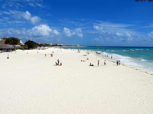 Playa del Carmen, México: tem praias reputada por suas incríveis areias brancas e suas águas propícias para surfe, mergulho e outras atividades aquáticas. Apesar do desenvolvimento turístico, o destino soube conservar seu passado de vilarejo de pescadores