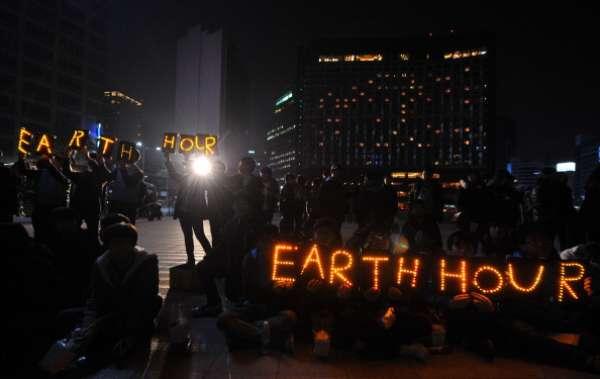 La Hora del Planeta se realizó hoy con el objetivo de movilizar a la gente a que tome medidas para conservar energía y combatir el cambio climático. Millones de personas en 7.000 ciudades en 152 países se sumaron a la actividad donde se apagaron las luces no esenciales durante una hora.