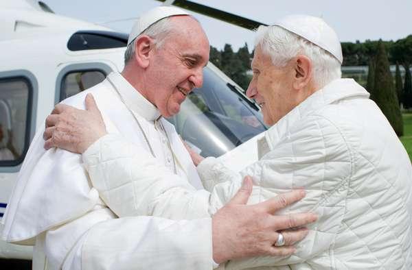 Francisco cumprimenta Bento XVI em sua chegada a Castel Gandolfo, onde Joseph Ratzinger está vivendo temporariamente