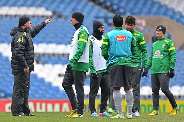 Felipão conversa com Kaká, que deve ser titular da Seleção no amistoso contra a Rússia nesta segunda-feira