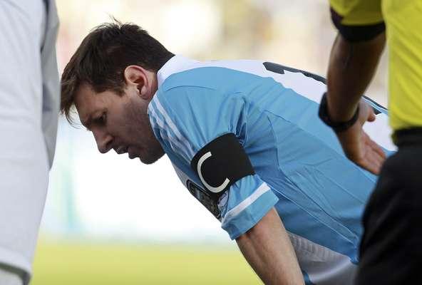 Messi sofreu com altitude e passou mal em campo no intervalo de Bolívia x Argentina; confira a seguir as fotos das Eliminatórias para a Copa do Mundo de 2014