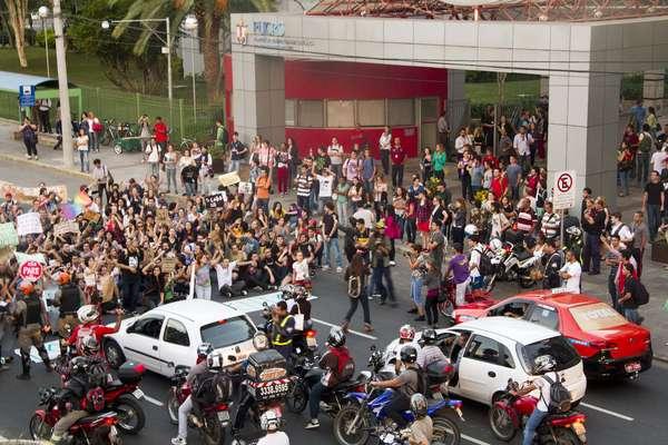 Um grupo de manifestantes fez um protesto na noite desta segunda-feira contra o aumento da tarifa de ônibus em Porto Alegre