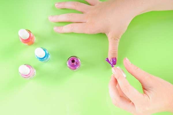 Se quiserem pintar as unhas, o melhor é que as crianças usem esmaltes desenvolvidos para elas