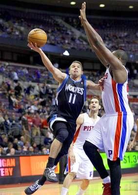 Timberwolves vs. Pistons: José Barea (11) intenta un disparo ante la marca de Jason Maxiell.