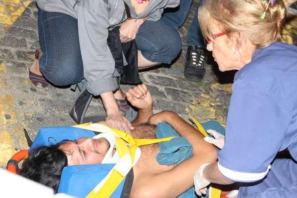 Manifestante é socorrido pelo Samu após ficar ferido em confronto com a PM