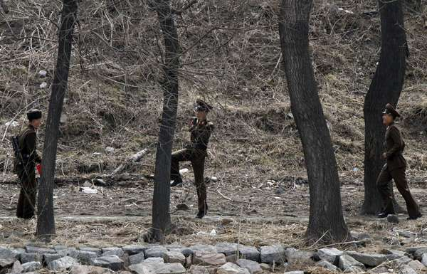 Soldados juegando a la orilla del río Yalu, que hace las veces de frontera a lo largo de cientos de kilómetros entre China y ambas coreas.