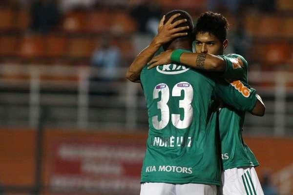 Leandro abraça André Luiz após abrir o placar da vitória do Palmeiras sobre o Linense no Pacaembu