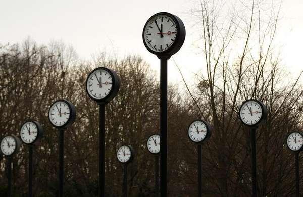 España, y el resto de países de la Unión Europea, deberá adelantar los relojes el domingo de madrugada (a las 02:00 serán las 03:00) para adaptar su horario a la directiva comunitaria que pretende con esta medida conseguir un ahorro energético. Terra te cuenta diez curiosidades sobre el cambio de hora.