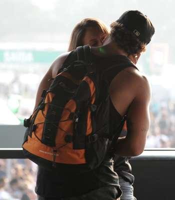 No camarote dos famosos, no terceiro dia de Lollapalooza, Caio Castro foi clicado trocando beijos com uma garota. Antes, ele foi visto carregando ela no colo
