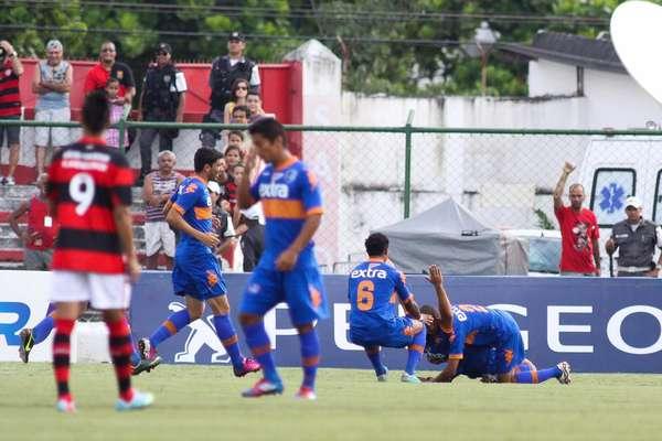 Com gols de André Castro e Hyuri, Audax surpreende e vence Flamengo por 2 a 1, afastando o time rubro-negro das semifinais da Taça Rio, segundo turno do Campeonato Carioca