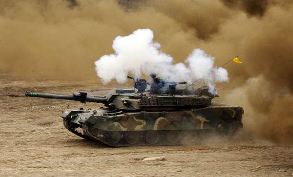 """Bombas de fumaça explodem próximo a tanque sul-coreano durante exercício militar de preparação para um possível confronto com a Coreia do Norte nas proximidades da zona desmilitarizada de fronteira em Hwacheon. A presidente da Coreia do Sul, Park Geun-hye, ordenou nesta segunda-feira ao Exército de seu país """"responder com força"""", sem levar em conta """"considerações políticas"""", no caso de um ataque da Coreia do Norte, que protagoniza estes dias uma intensa campanha de ameaças"""