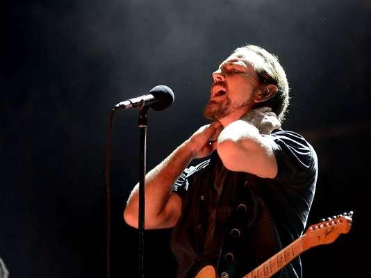 Depois de um dia de muito calor no Jockey Club, em São Paulo, Pearl Jam e seus fãs finalmente se reencontraram. A banda liderada pelo vocalista Eddie Vedder, que veio ao Brasil pela última vez em 2011, foi a última atração a subir no palco do Lollapalooza 2013, neste domingo (31)