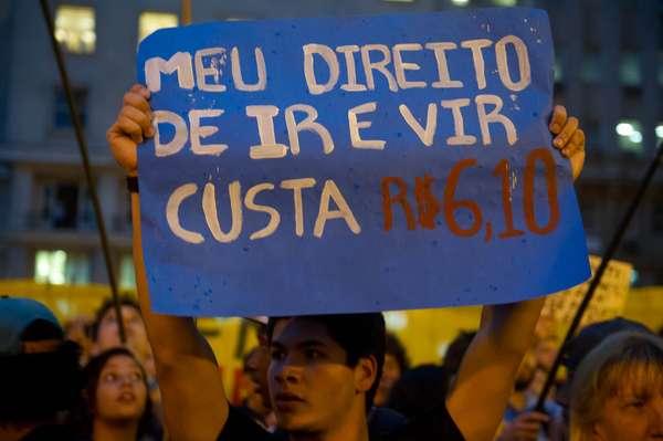 Em cartaz, manifestante critica o preço da passagem de ônibus após o reajuste (R$ 3,05)