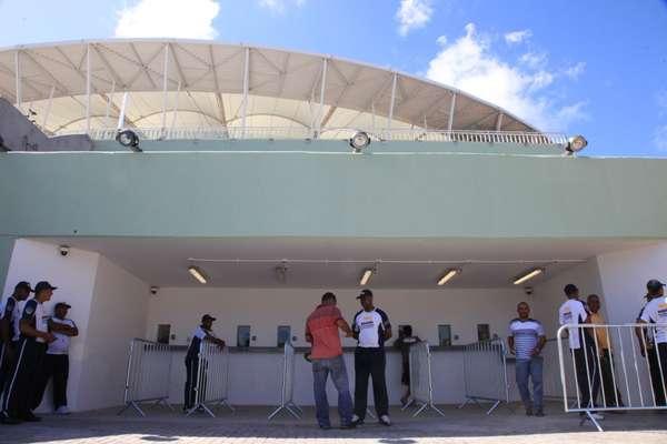 Depois de confusão entre torcedores e polícia, retirada de ingressos para clássico entre Vitória e Bahia ocorreu com normalidade nesta terça-feira na Fonte Nova; veja