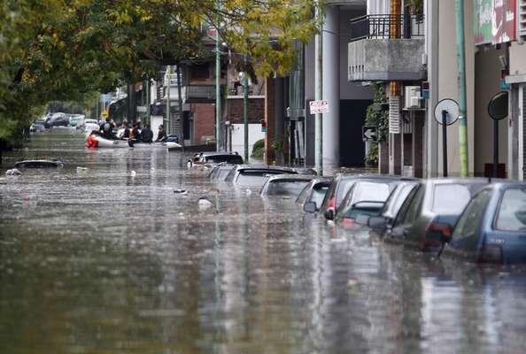 2 de abril - Ao menos seis pessoas morreram em decorrência do forte temporal que atingiu a cidade de Buenos Aires, capital da Argentina, durante a última madrugada. Segundo o Serviço de Emergência Metropolitano, a cidade está em estado de alerta