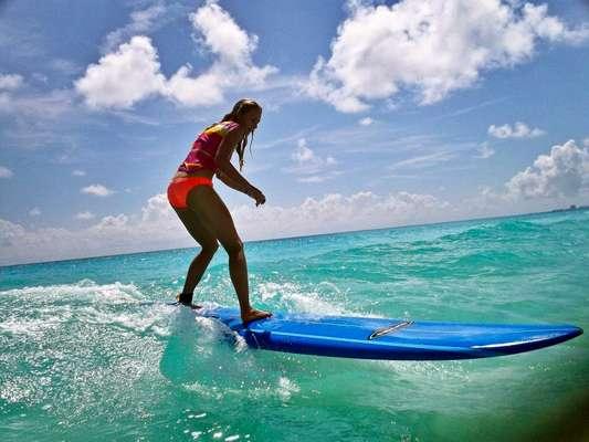 Adulto aprende a surfear