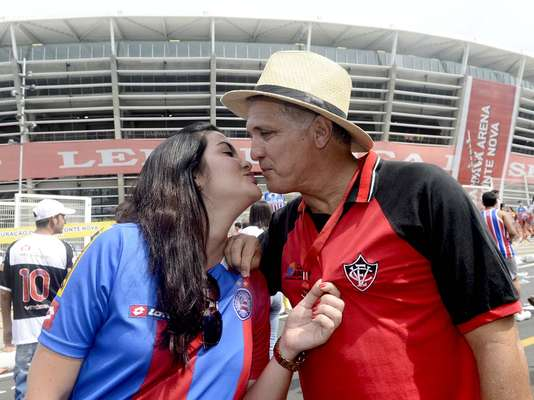 Casal de advogados Nei e Diana, torcedores dos arquirrivais Vitória e Bahia, foram juntos à reinauguração da Arena Fonte Nova, no clássico deste domingo