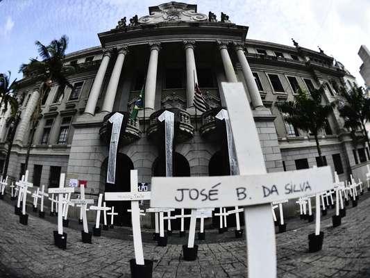 Alunos colocam cruzes em frente à Faculdade de Direito da Universidade de São Paulo (USP), no Largo São Francisco, em protesto contra as 111 mortes no Massacre do Carandiru, ocorrido em 1992