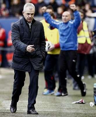 Javier Aguirre logró una importantísima victoria (2-0) en casa del Osasuna, para que el Espanyol llegara a 39 puntos y prácticamente amarrara la permanencia.