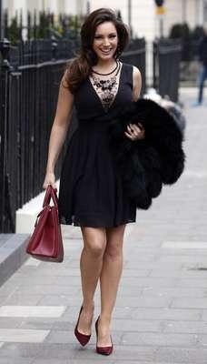 Kelly Brook. Esta guapa modelo y actriz de grandes curvas siempre aparece sonriente ante la prensa. Aplaudimos que lleve vestidos en corte tipo A que favorecen su silueta. Nos agradó el detalle de los zapatos y bolso en color granate. ¡Muy chic! Saliendo de su casa en Londres, Inglaterra el pasado 03 de abril